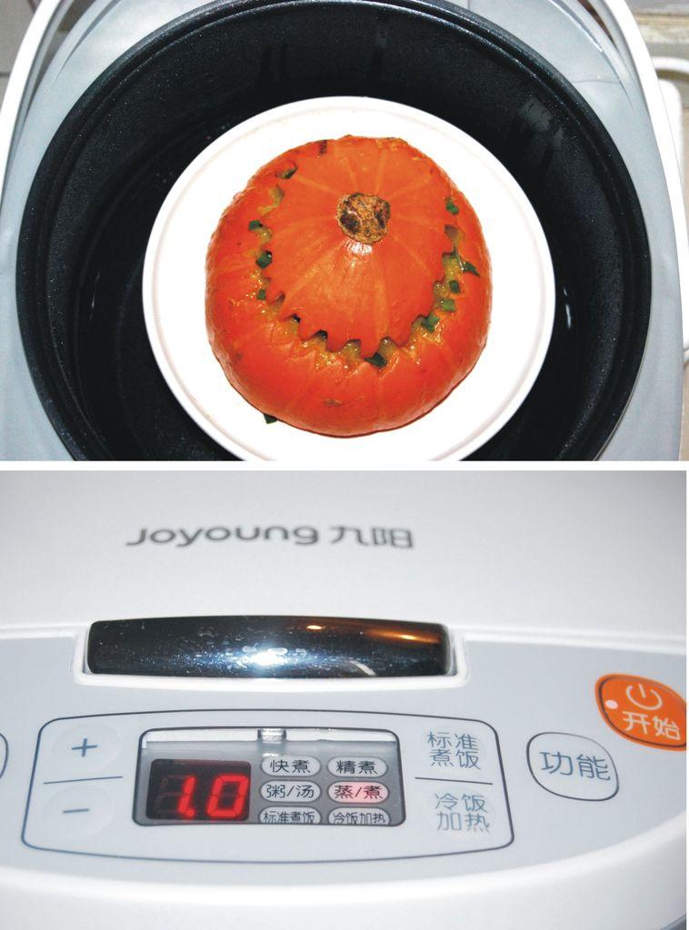 盖上南瓜盖,放在九阳电饭煲加入一定量的水.设置蒸1小时