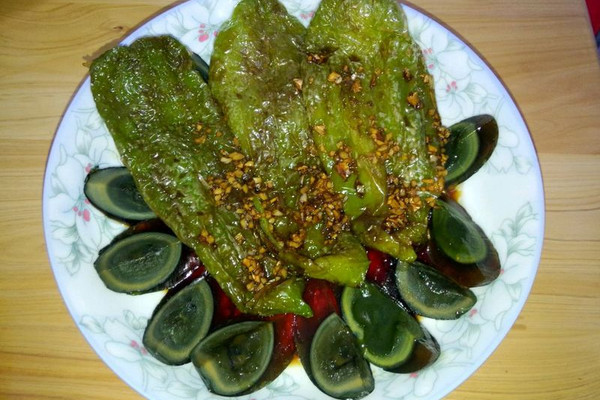 皮蛋虎皮青椒的做法 皮蛋虎皮青椒怎么做如何做好吃 皮蛋虎皮青椒家