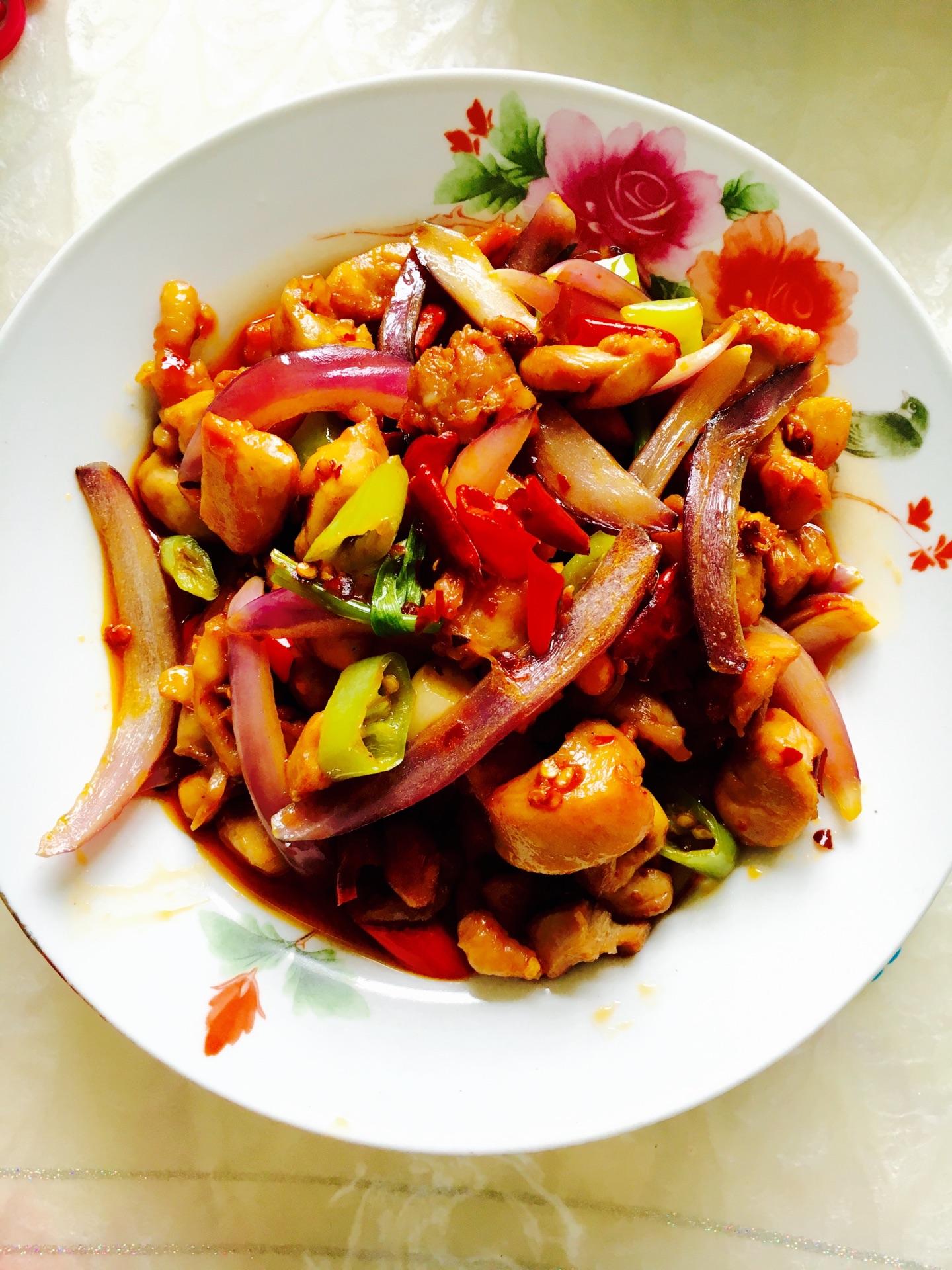 放入青红椒绿豆丝(有干锅的铺底放,放入锅底不用)葱新鲜盐适量洋葱图片