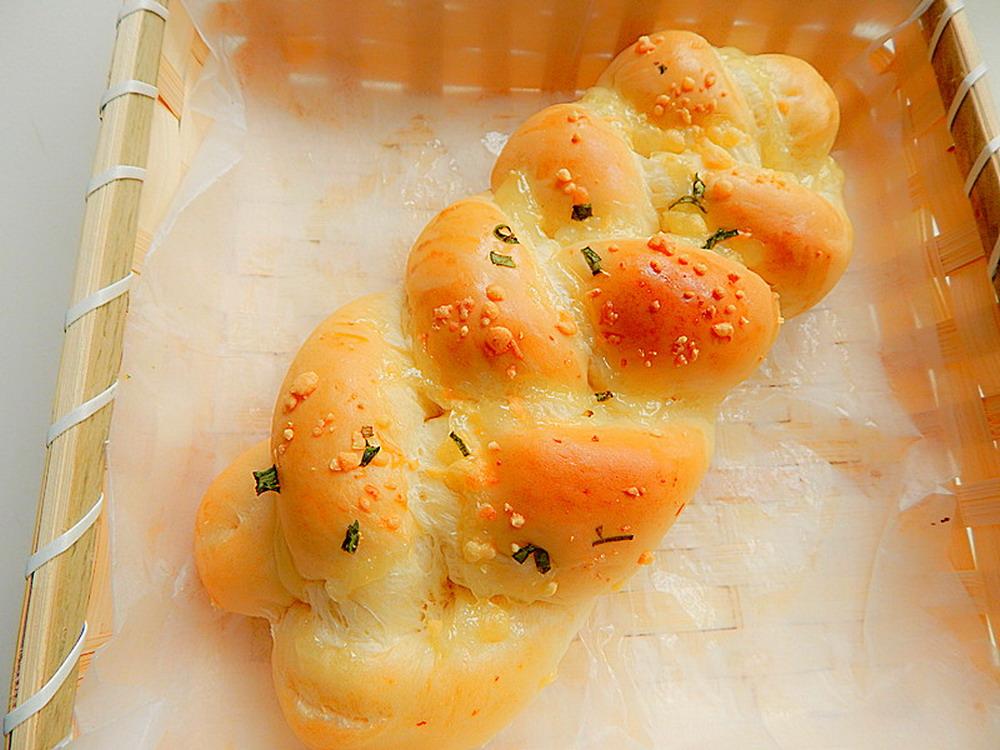 芝士20克 辅料   小葱适量 酵母5克 白糖20克 香葱辫子面包的做法步骤