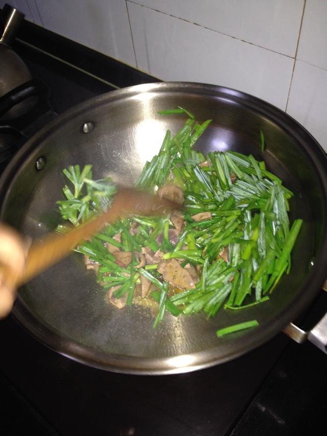 图解 猪肝/3. 开油锅,先放入猪肝,炒五秒后,放入大蒜一起炒。