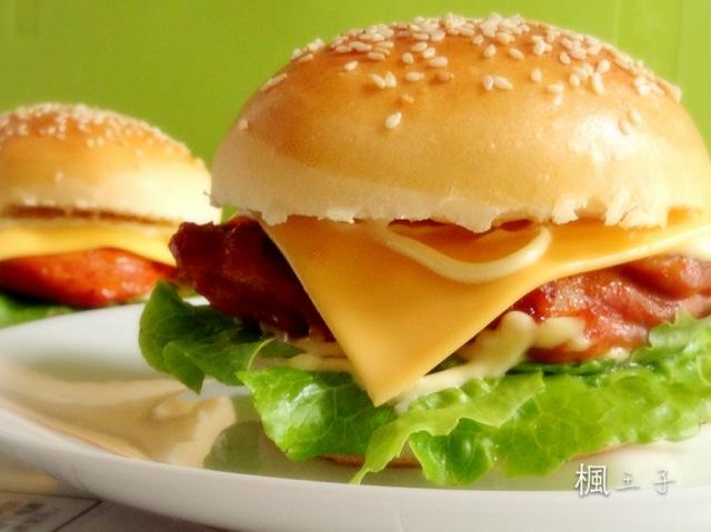 首先制作汉堡坯:跟普通制作面包的方法一样,先将主料中除油以外的