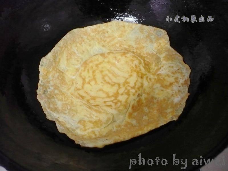 锅中刷油摊成鸡蛋饼.