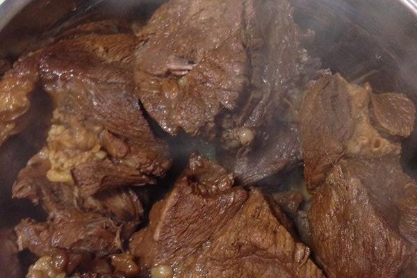 五香卤牛肉配凤爪的做法