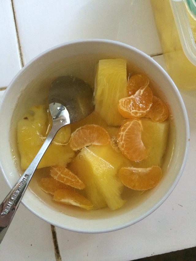 我自己比较喜欢吃橘子,所以就放了一些橘子在碗中和菠萝一块儿吃.
