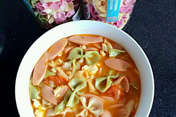 鸡蛋1个 西红柿2个 火腿肠2根 宝宝西红柿炒蛋蝴蝶面的做法步骤 小