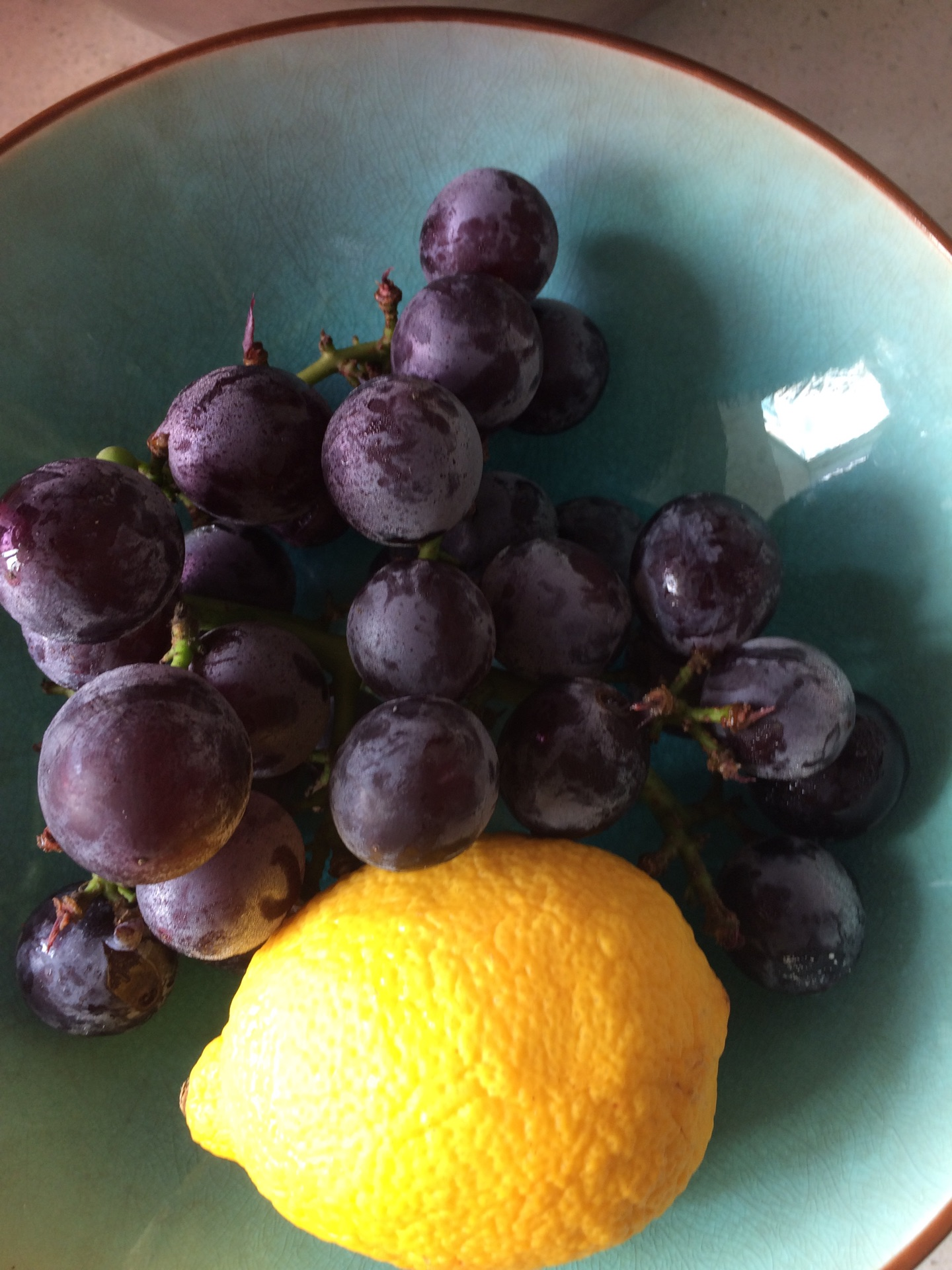 夏天冰凉清新的柠檬葡萄苏打水