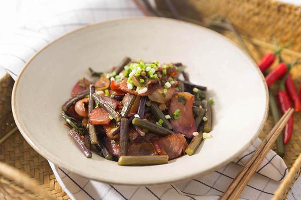腊肉炒蕨菜,鲜香脆嫩超好吃!的做法