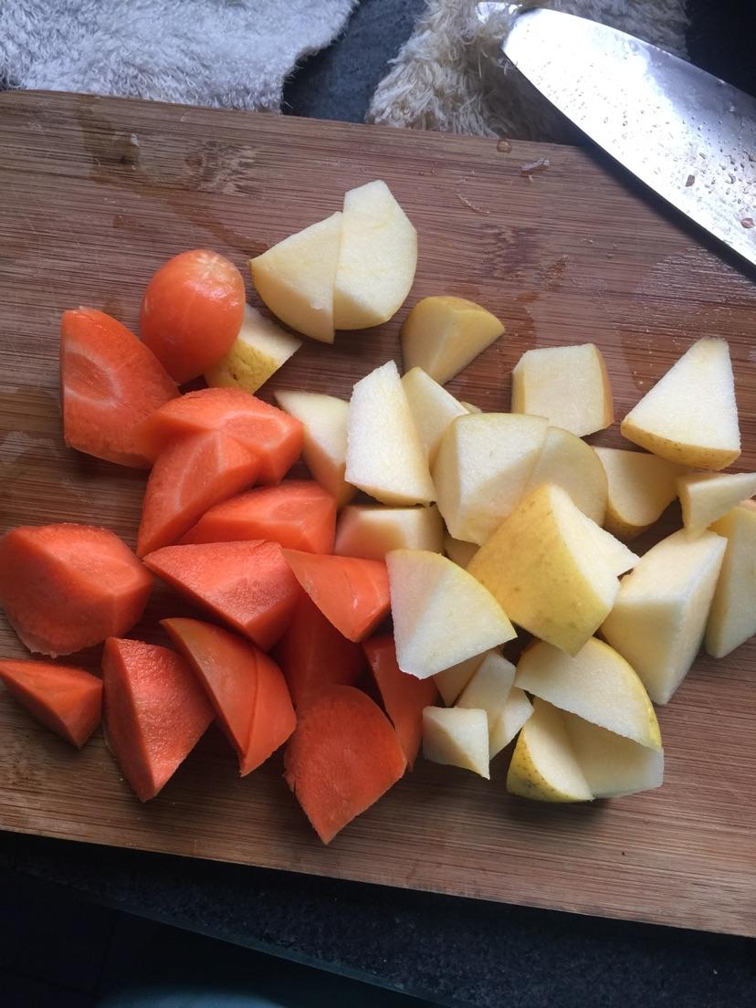 半个苹果,一根胡萝卜,洗净切块