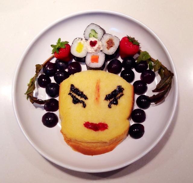 做人脸,再用芝麻酱,果酱画出眼睛,嘴巴;用黑加仑子,寿司,草莓及春芽儿