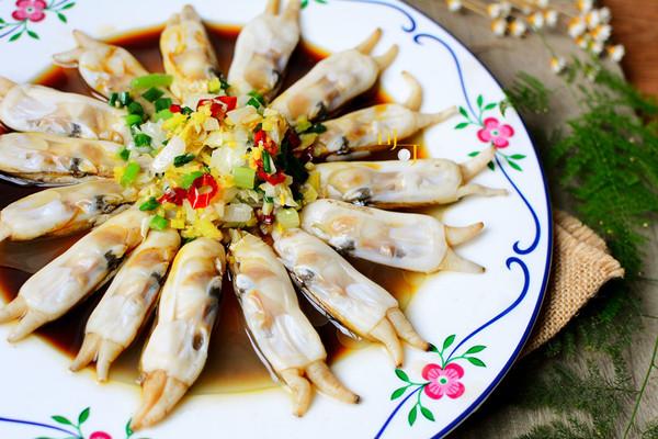 我最钟意的海鲜无疑是贝壳类的,海瓜子,花蛤,蛏子,各式杂螺……这些