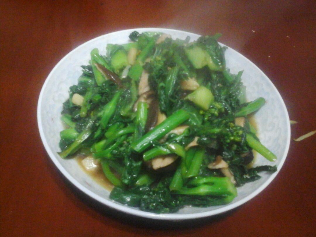 青菜炒香菇的做法步骤 1. 先把鲜香菇洗净切片,猪肉切丝 2.