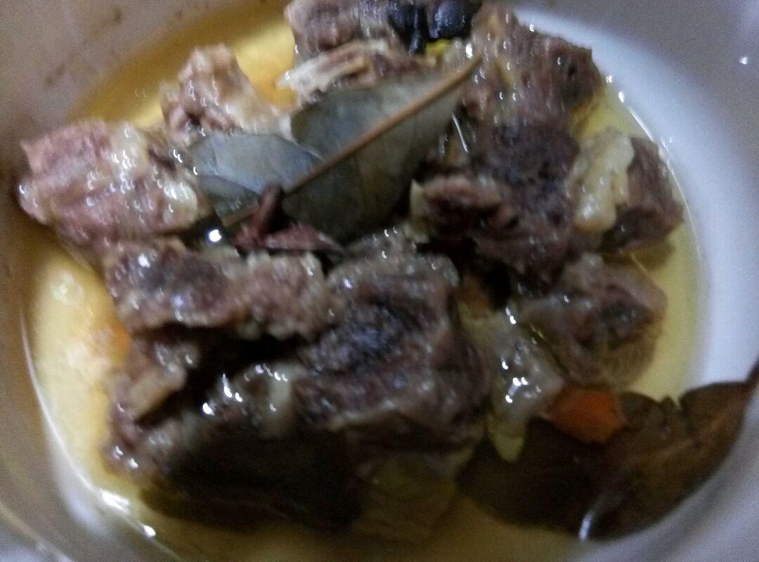4. 煎好芋头后拿出来,用锅里剩下的油,将牛肉倒进去,放入郫县豆瓣,翻炒均匀,加入料酒,生抽,翻炒几下,上色之后,加入芋头翻炒,加入刚才高压锅炖牛肉出来的汁水,再加入一些清水,没过芋头牛肉,转大火收汁。南方人喜欢加点甜味提鲜,可以加几颗冰糖进去。