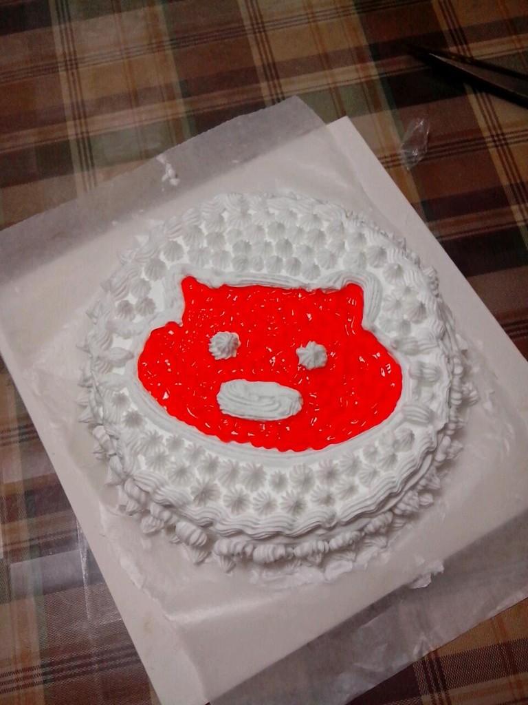 蛋糕/3. 7:将蒸好的蛋糕坯放凉后从中间用刀分割成两片备用。