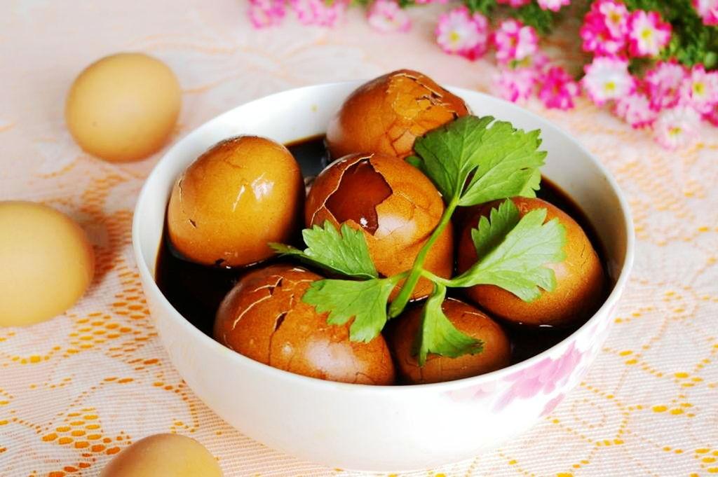 鸡蛋用途广泛,可做菜、做糕点,鸡蛋有养肝,提高免疫力,健脑,抑癌抗瘤的功效,平时每天早餐一只白煮蛋,想换一下口味做咸的,就做了这道茶叶蛋 .