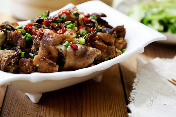 好吃不油腻:茶树菇菊花五香猪蹄