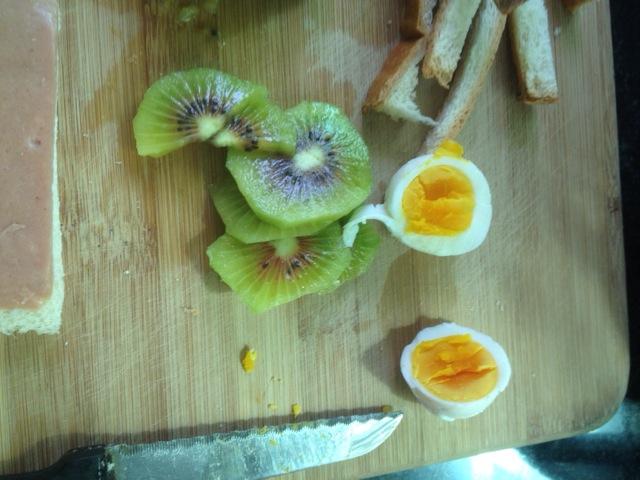 猕猴桃鸡蛋三明治的做法步骤