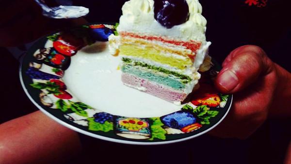 5g 绵白糖 60g 淡奶油 300g 食用色素 彩虹7色 水果若干  - 步骤