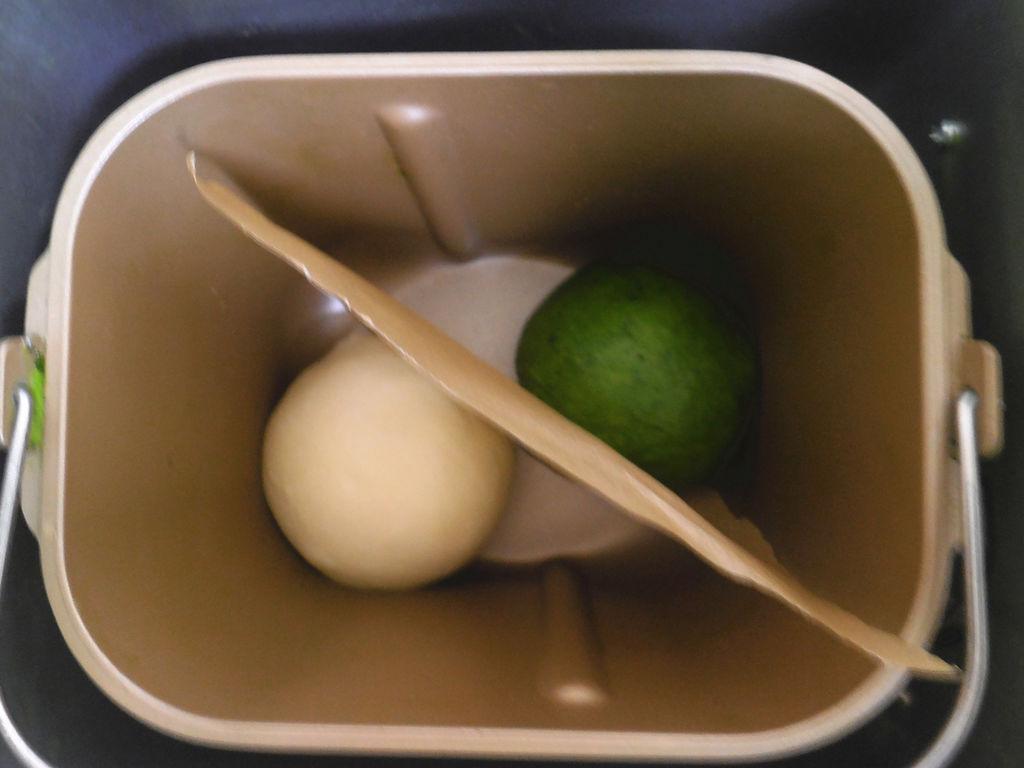 面包机好用吗_揉好的面团 放在面包机内发酵,中间用一张油纸隔开.
