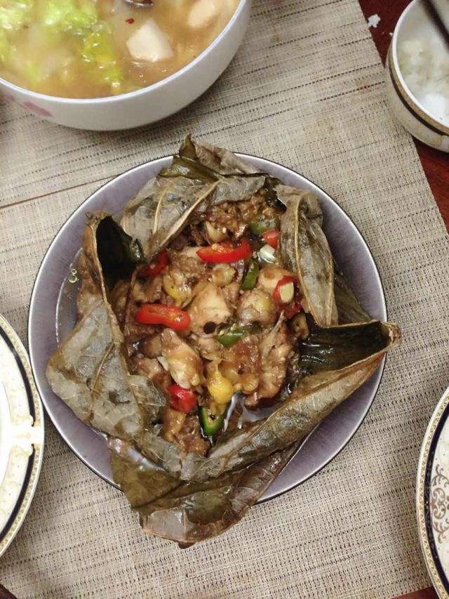 荷叶鸡/1. 三黄鸡斩成小块,香菇切片,青椒切条。