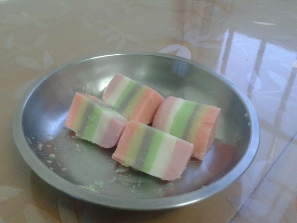 60分钟       主料 qq糖7种味道,各12颗 纯牛奶适量 彩虹布丁的做法步