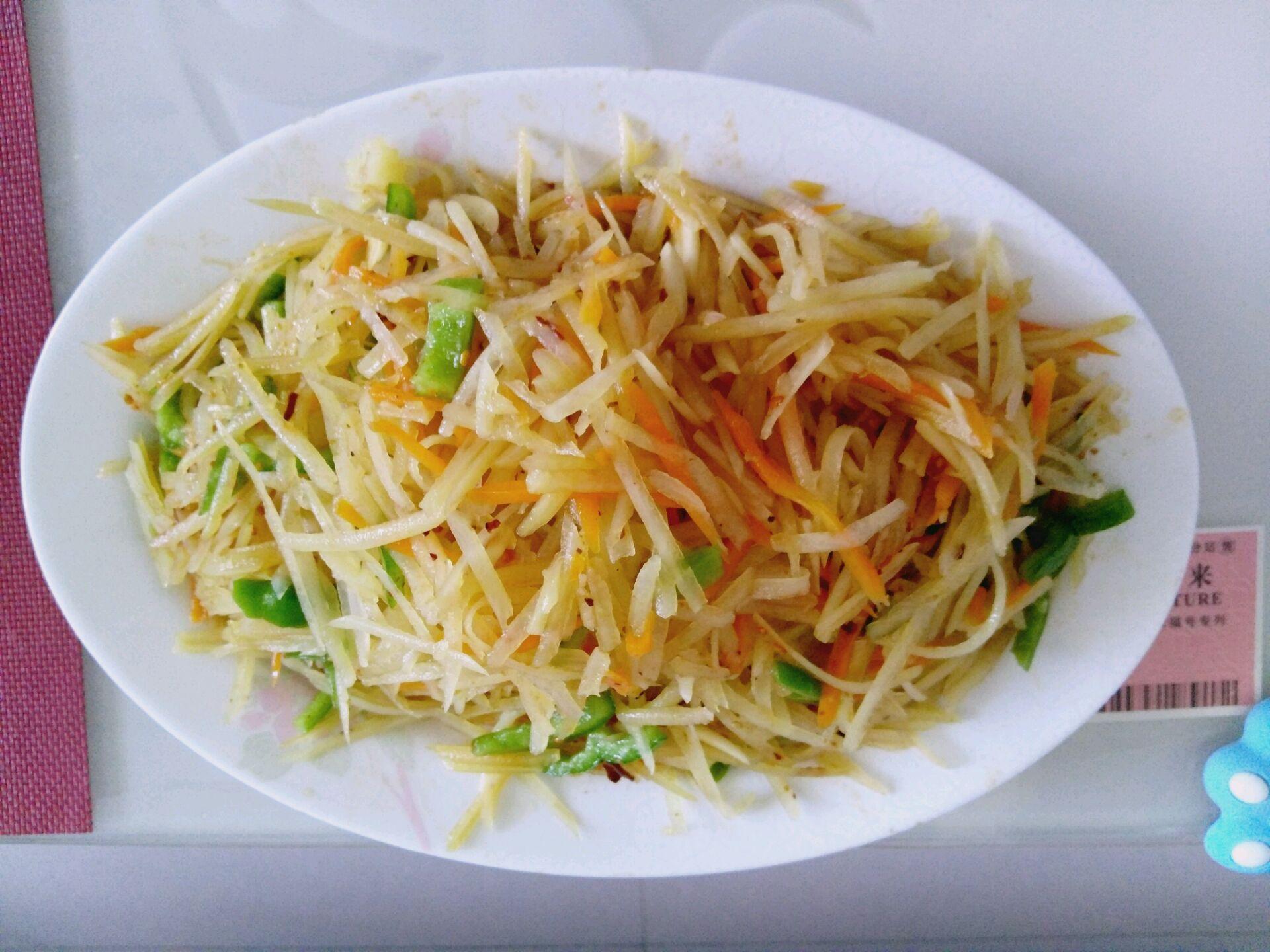 炒菜煲汤临锅时加入提鲜不口干 东北菜之炝拌土豆丝的做法步骤