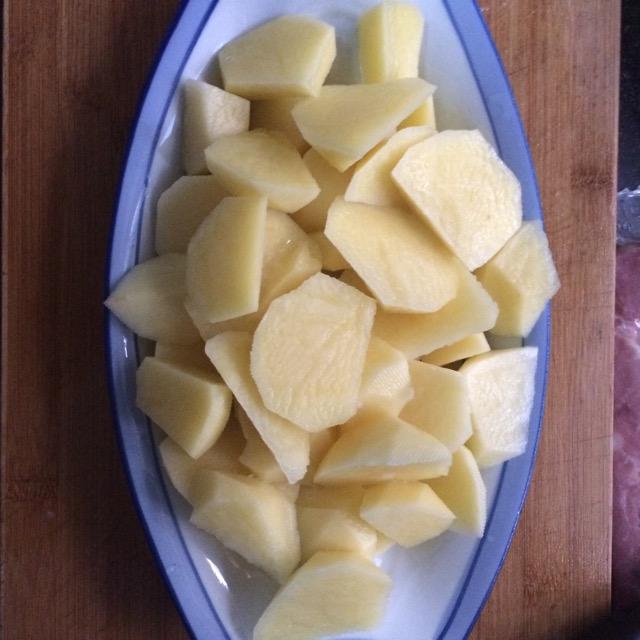 土豆洗净削皮切块备用
