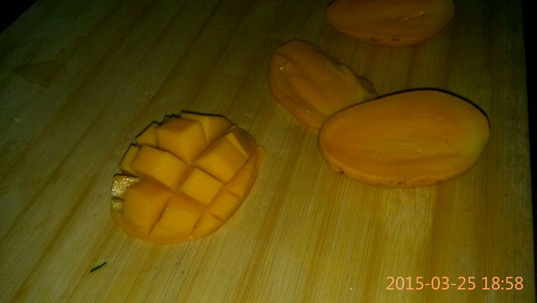 小可爱们各自切片~切块~随心情啦,主要来看下芒果君的果肉切法