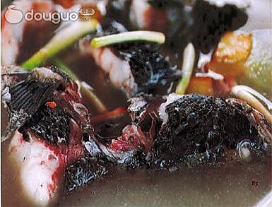 红枣黑豆炖鲤鱼的做法