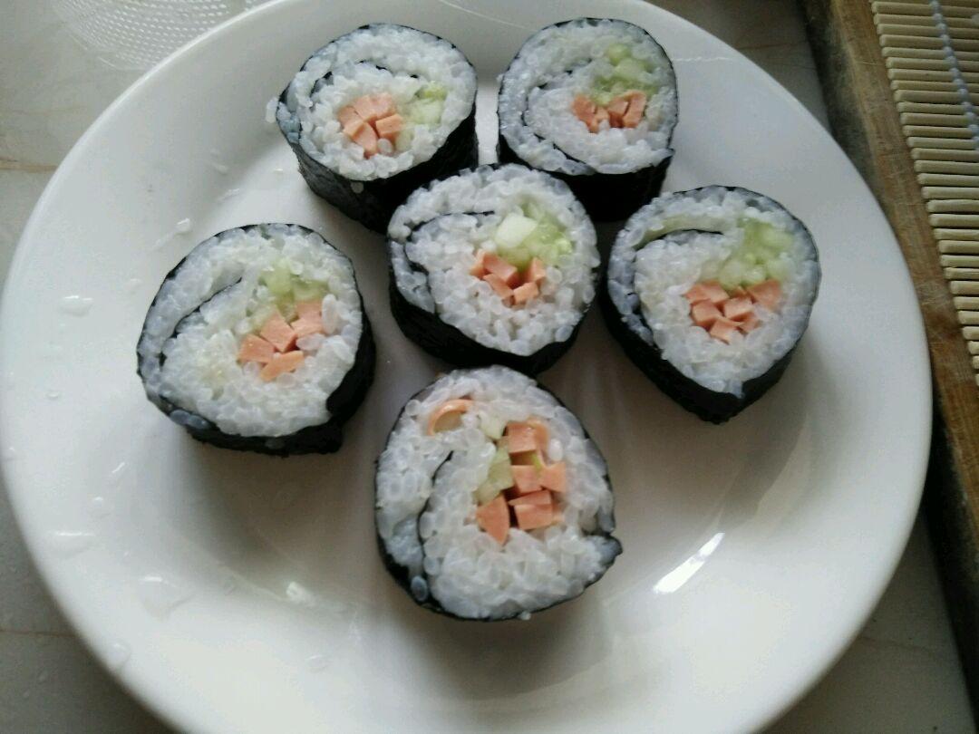 寿司的做法步骤 1. 1,先把米洗净煮上.煮饭时间准备黄瓜丝火腿丝