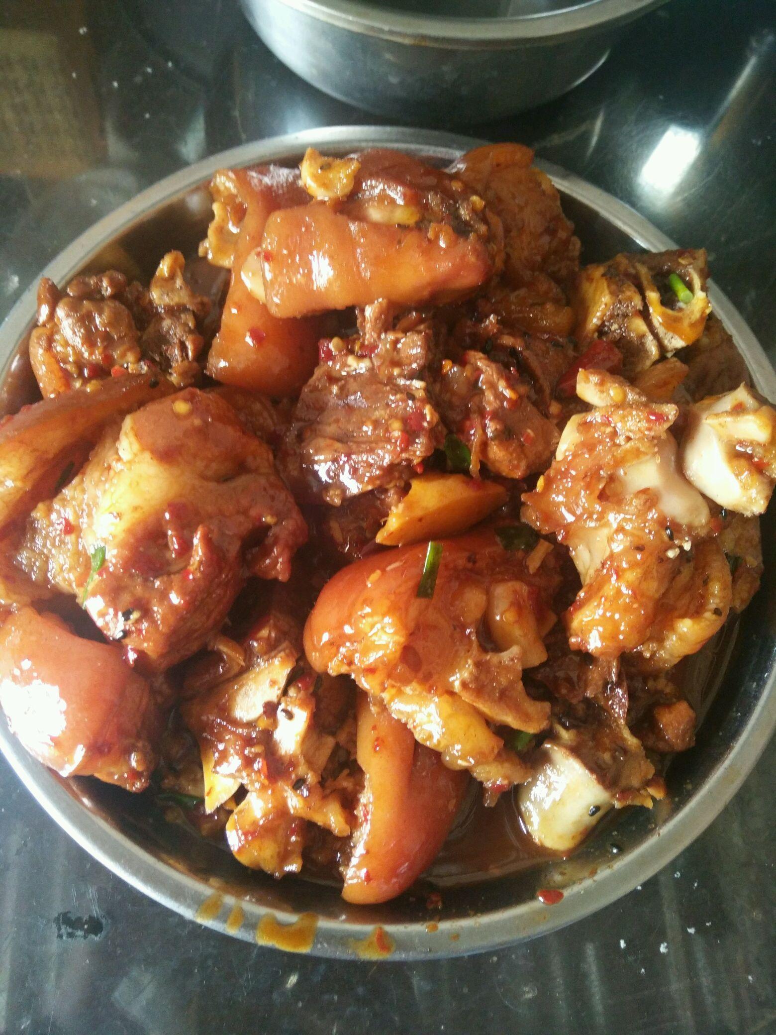 电锅红烧猪脚_腌肉时加入让肉片鲜嫩多汁;炒菜煲汤临锅时加入提鲜不口干 红烧猪脚的