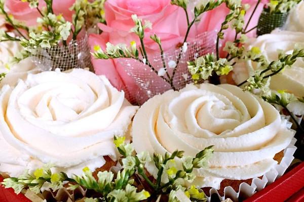 细纱糖(装饰)15g 裱花嘴2d(装饰)1个 心形蛋糕盒(装饰)1个 玫瑰花