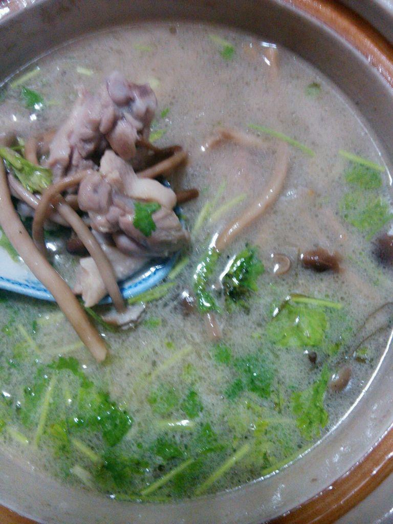 加入草菇和茶树菇煲十分钟左右 7.
