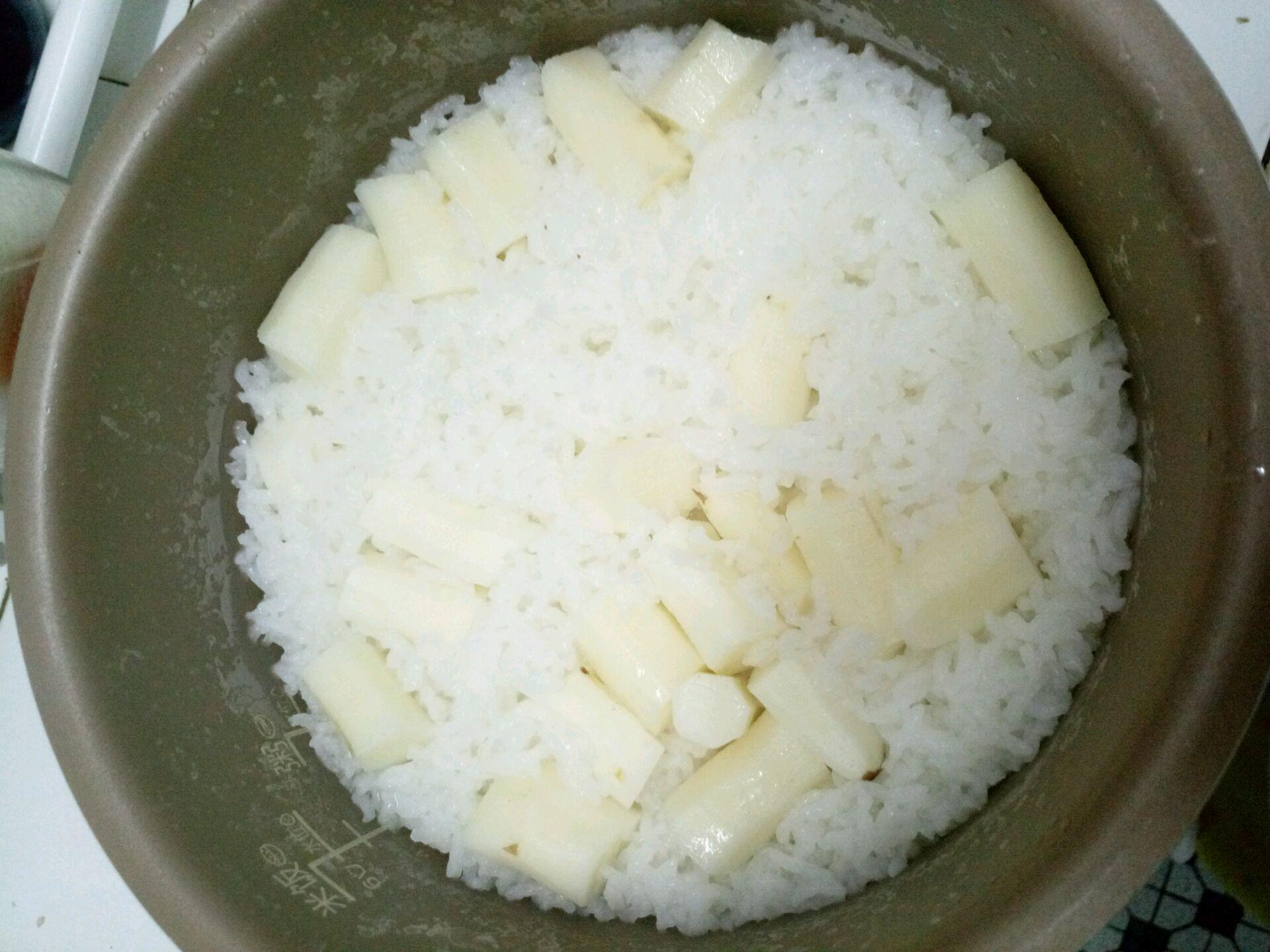 按正常得焖米饭步骤淘米,淘米后加入正常的水量浸泡,将铁棍山药削皮