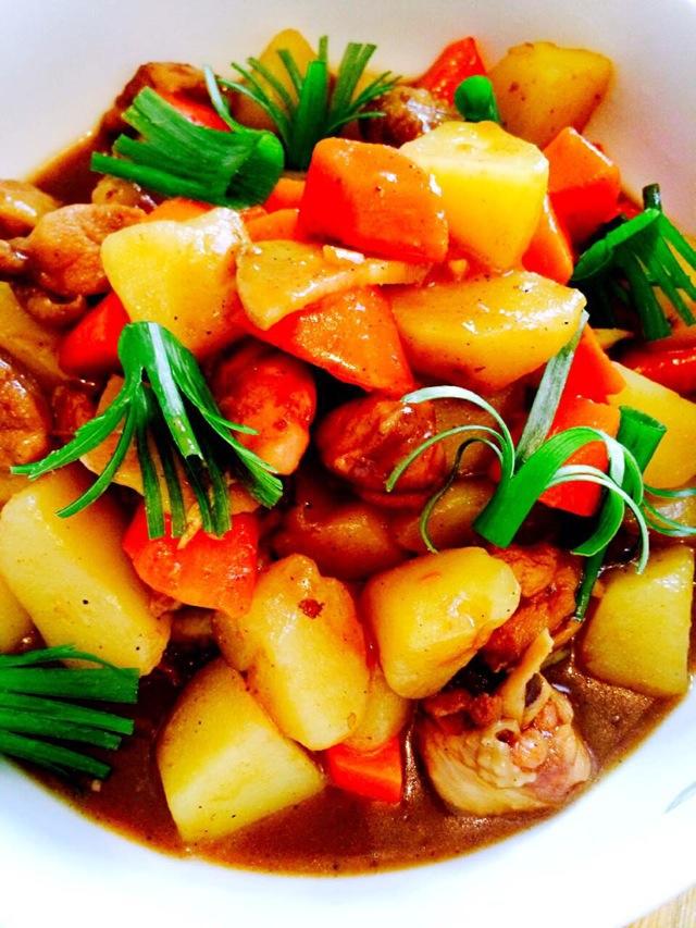 时间:10~30分钟       主料 鸡腿两只 土豆1~2个(依大小定) 胡萝卜