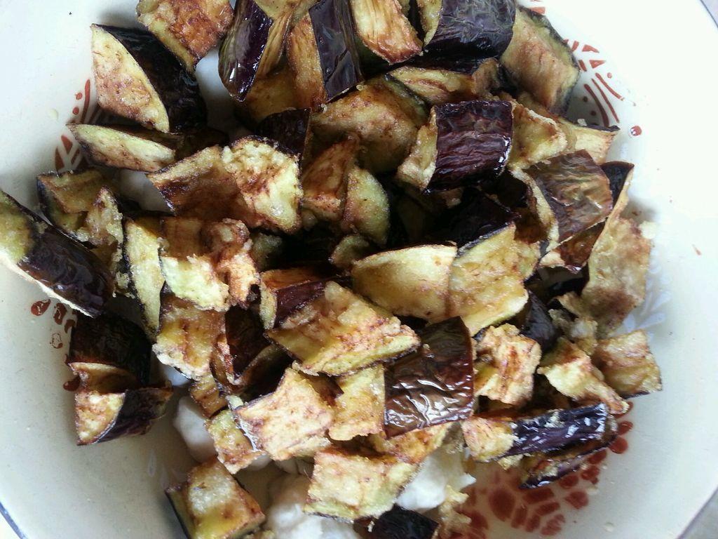 茄子切块下油锅炸熟捞出备用(不要炸糊哦)