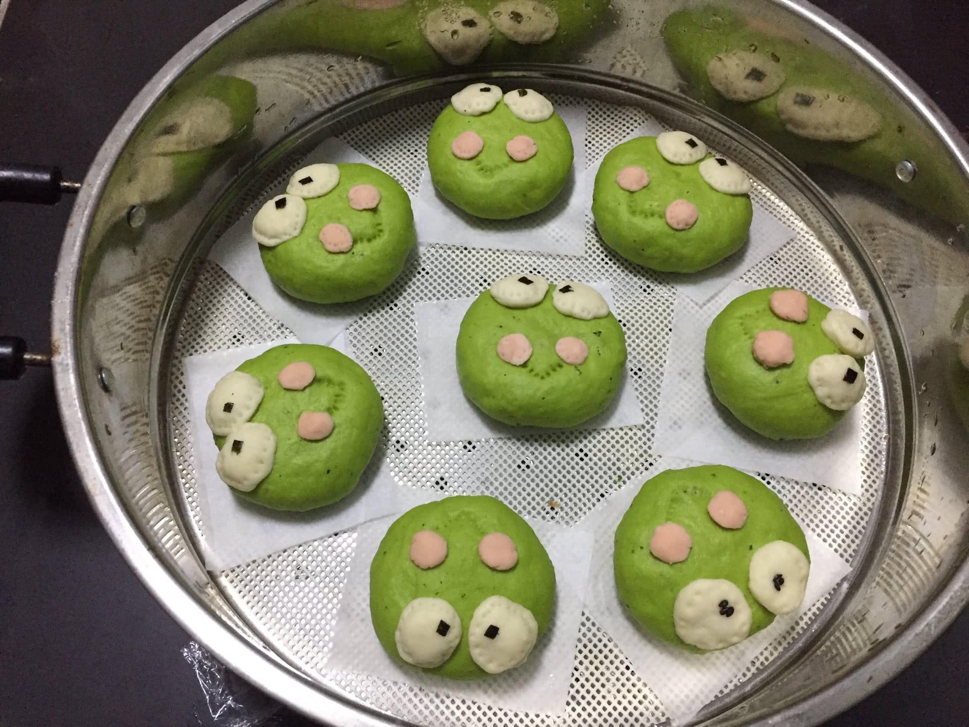 嘉宝笑容厨房/菠菜汁肉馅卡通青蛙小猪包子的做法