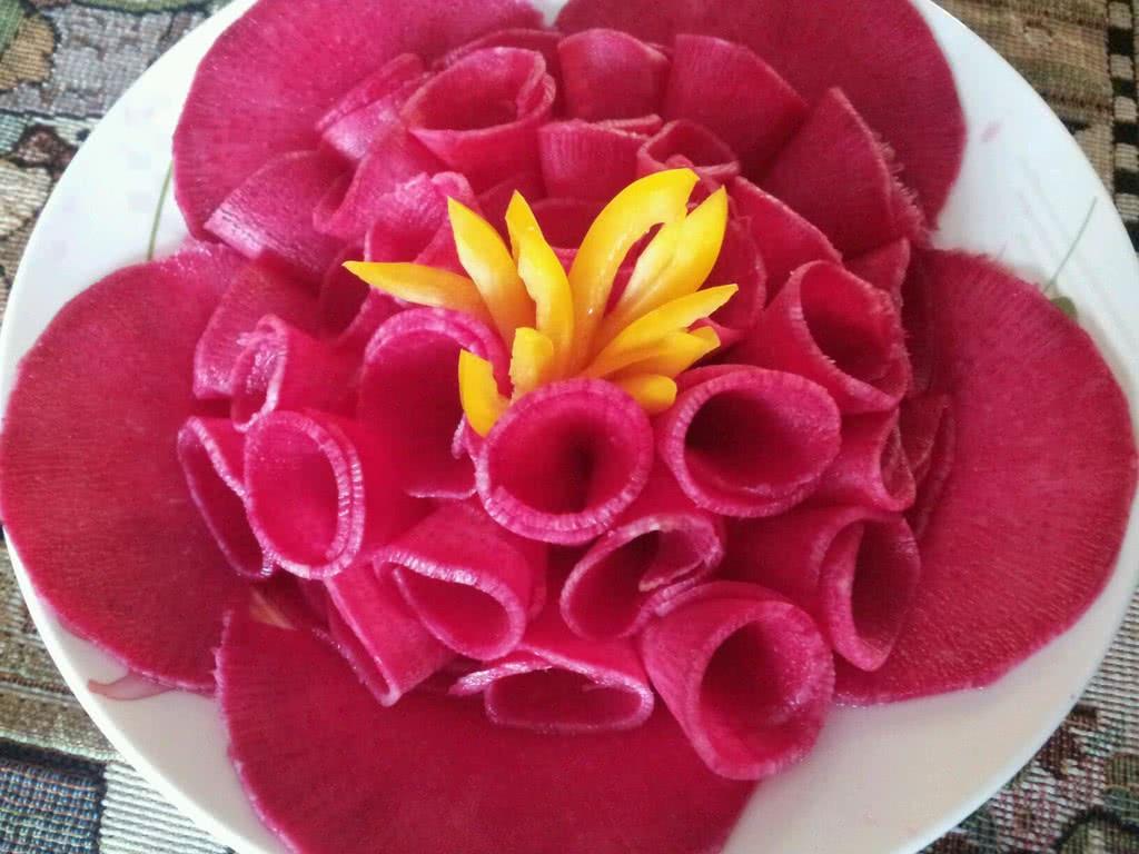 图解 牡丹花/1. 选个稍微大点的红心萝卜,对半切开,用白糖跟白醋腌制一个...