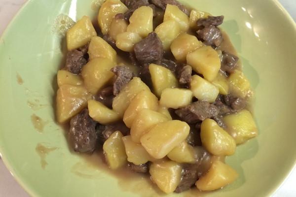 牛肉步骤弄好放一边,开始给土豆削皮,切块,切好用清水洗一洗,记住不