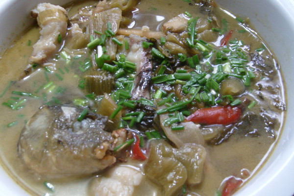 酸菜鱼头汤的做法