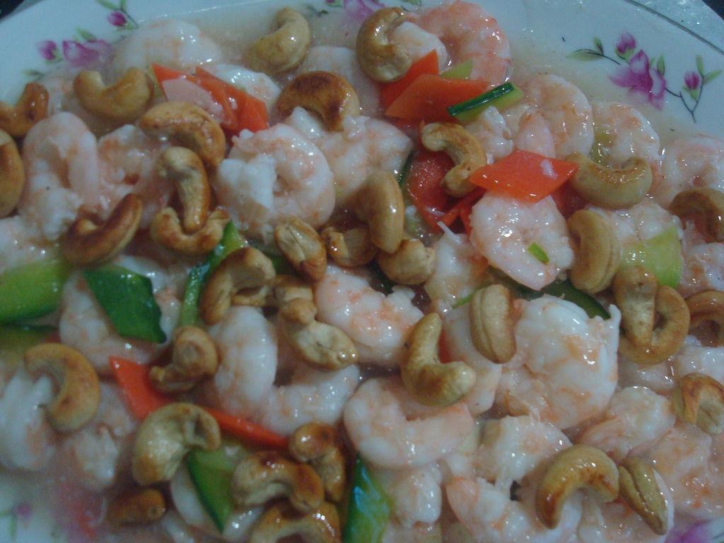 虾仁~黄瓜胡萝卜片下入~快速翻炒~出锅前把腰果和蒜