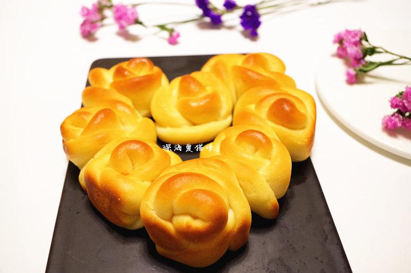 来一款玫瑰花造型的心形小面包吧~用的是汤种法,和老师学习的欧式汤种