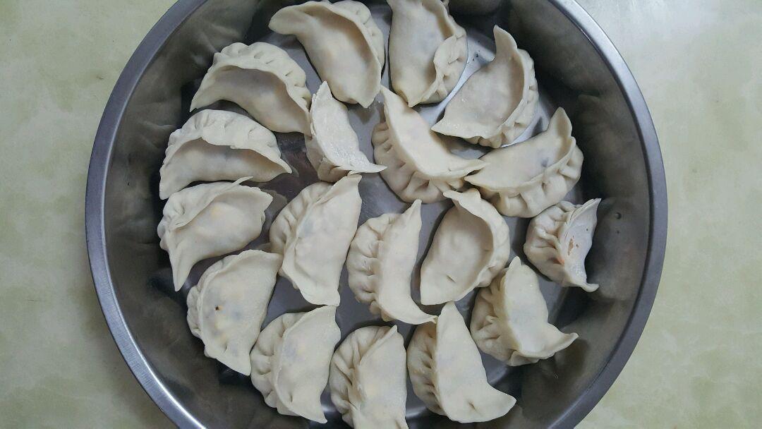 玉米猪肉饺子的做法步骤 1.