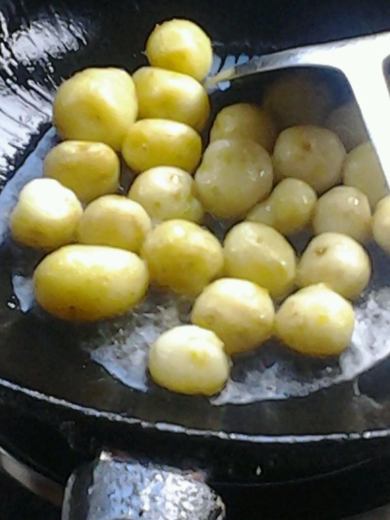 炕土豆的做法步骤 3
