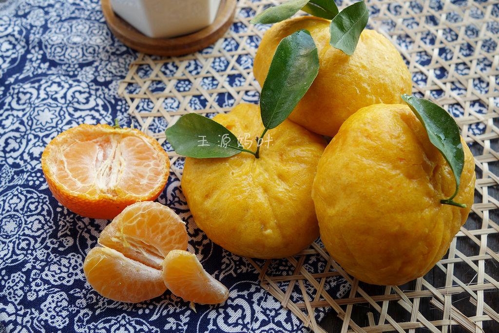 在网上看见橘子馒头的创意,想起老家的葱花馒头,把橘子馒头与葱花馒头