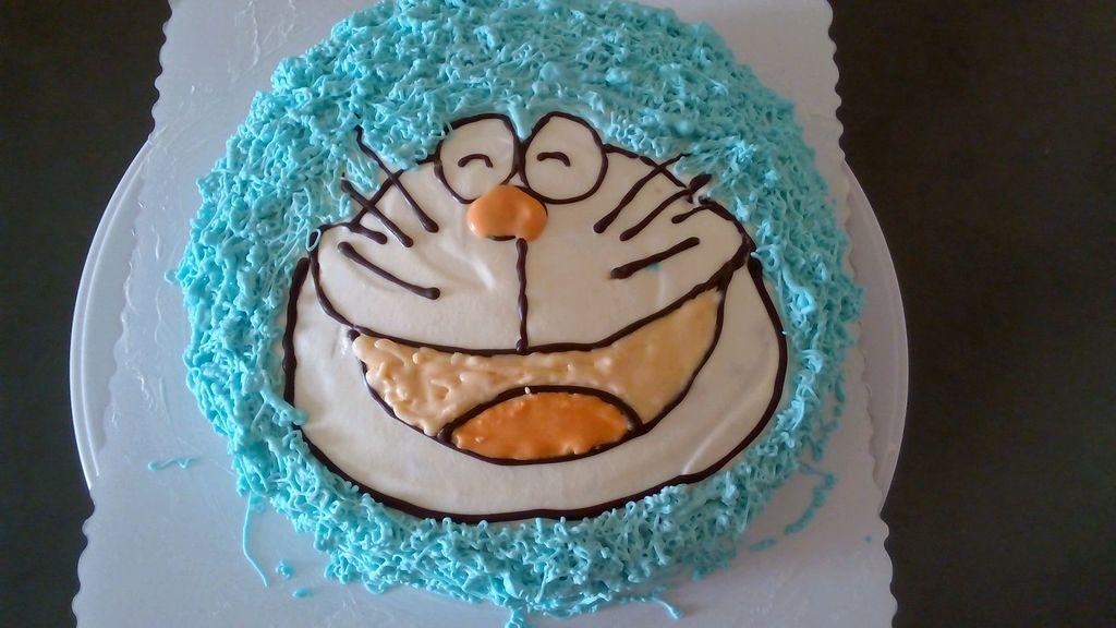 巧克力筆畫出臉型,再裱出藍色部分,蛋糕完成,一定放在冰箱冷藏!