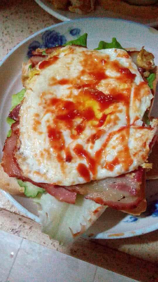 巨无霸汉堡的做法步骤 1. 鸡蛋--做一个漂亮的煎蛋. 2.