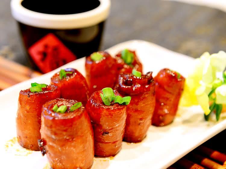 有一次杜氏宴客,酒席上了此菜,众人品尝这个佳肴都赞不绝口.