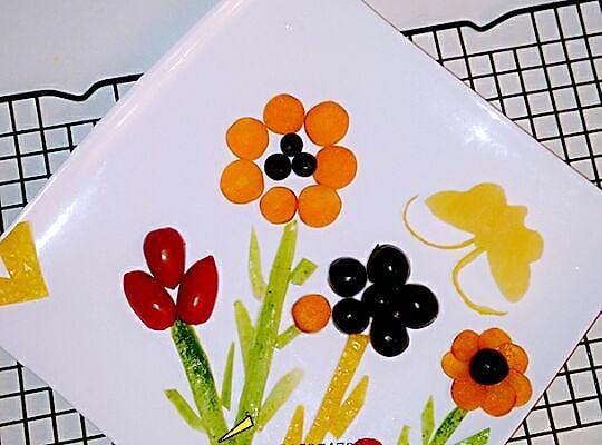 5颗 蓝莓3粒 黄瓜皮少许 蔬菜水果拼盘的做法步骤 1.