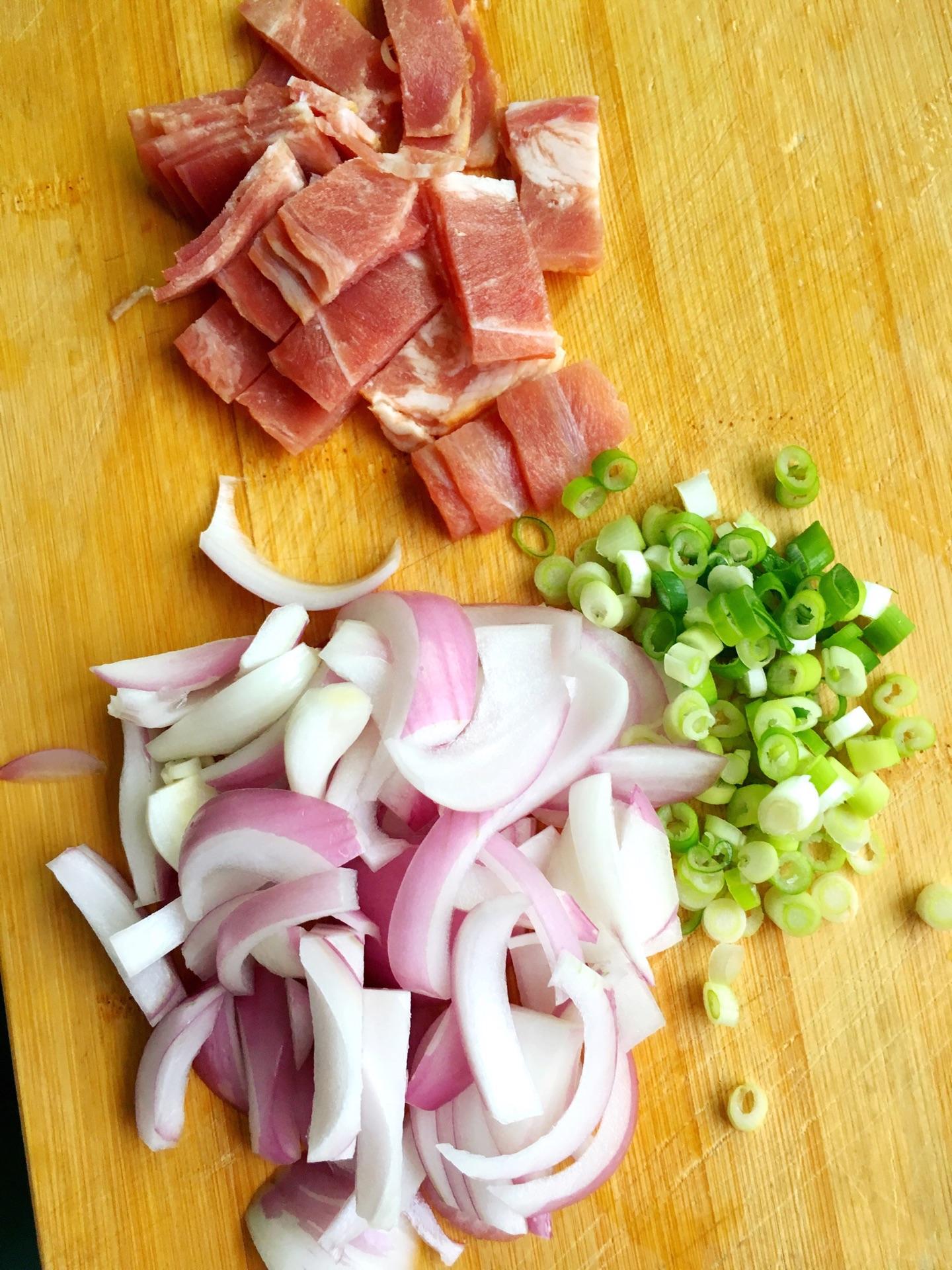 洋葱切成小块,小葱洗净去皮切丝,葱花切公司亳州调味品培根图片